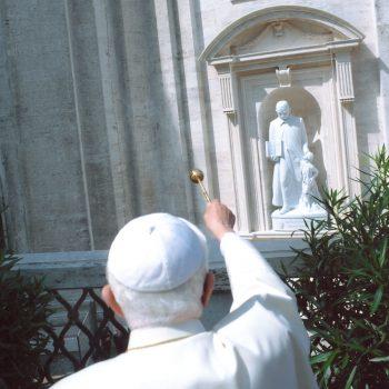 Papa Benedetto XVI benedice la Statua di San Luigi Orione